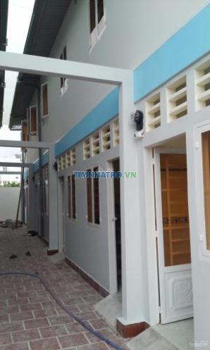 Nhà mới 100% đầy đủ tivi, điều hòa, wifi, cáp, sân thoáng mát, bếp, kho, camera an ninh